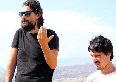 El director Oliver Laxe (a la izquierda) durante una de los momentos del workshop en el Desierto