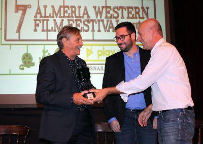 Jose Maria Rodriguez y Jose Diaz han entregado el Premio Tabernas de Cine a Alberto Dell Acqua