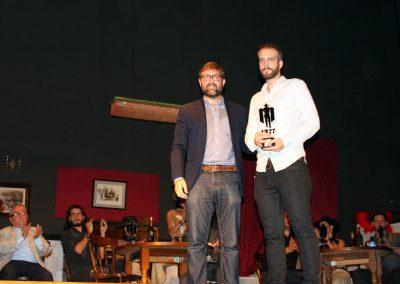 evaristo-martinez-entrega-el-premio-especial-del-jurado-al-mejor-largometraje-neo-western-al-representante-en-espana-de-la-distribuidora-de-les-cowboys