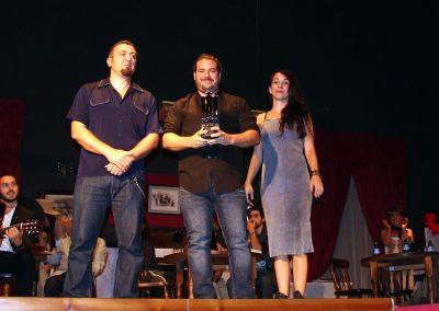 juan-millan-y-rosa-jimenez-han-entrega-el-premio-premio-al-mejor-cortometraje-internacional-a-la-primera-piedra-que-ha-recogido-el-productor-del-corto-alejandro-rius