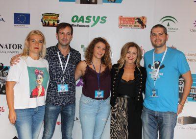 El director y miembros de la organizacion con la productora y actriz de Dhogs