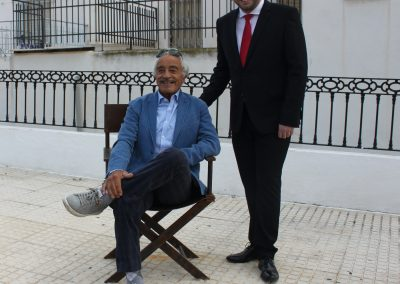 Sal Borgese inaugura su silla en el Paso de Cine de Tabernas con el alcalde de la localidad