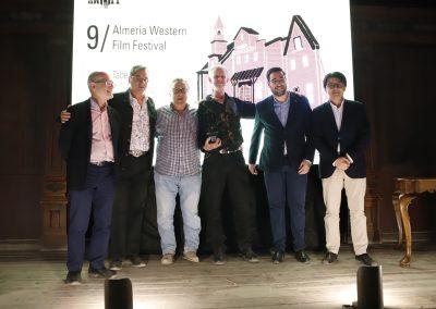 Autoridades junto a Alex Cox, premio Tabernas de Cine 2019 de AWFF
